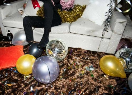 gulv fyldt med nytårspynt