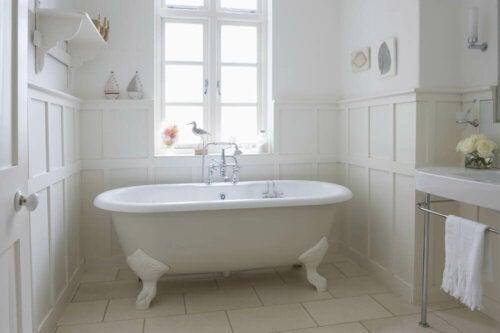 hvidt badeværelse