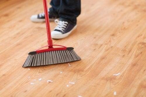 Person fejer gulv ved hjælp af Oosouji-metoden