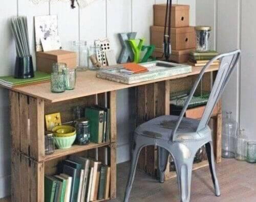 Skrivebord lavet af genbrugsmaterialer