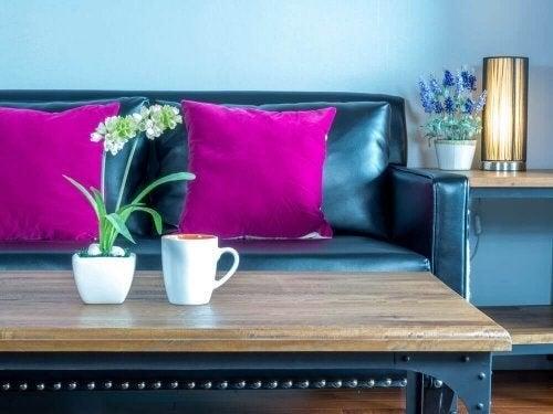 Sofa med magentafarvede hynder