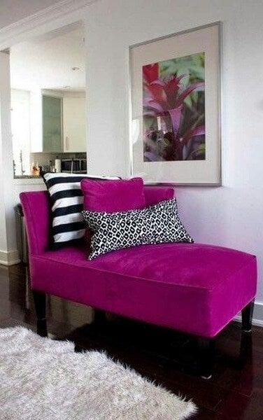 En magentafarvet sofa i stuen