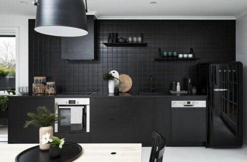 Et sort køkken er blandt de hotte sommertendenser