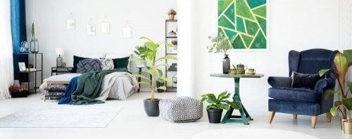 Soveværelse med blå og grøn indretning
