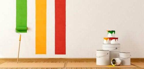 striber af maling på væg