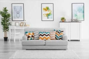 vægkunst ophængt i stue efter konceptet symmetri