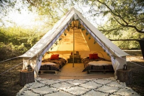 telt med tæppe foran