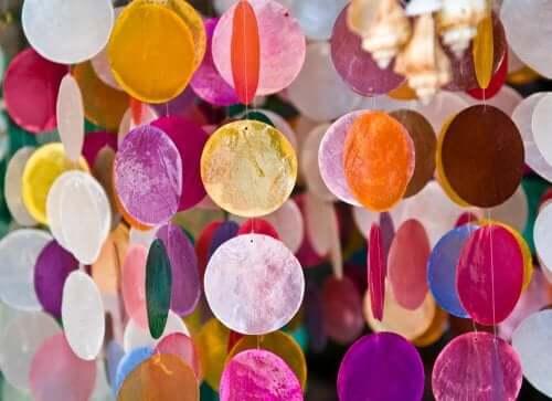 uro med cirkler i mange farver