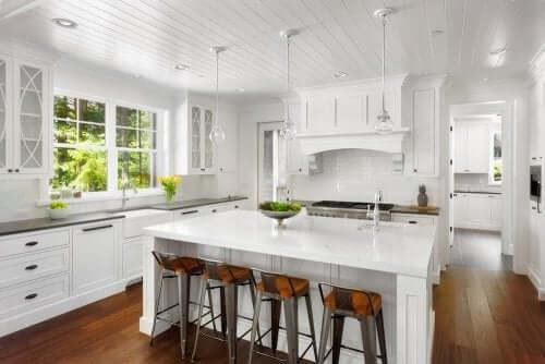 Et moderne hvidt køkken