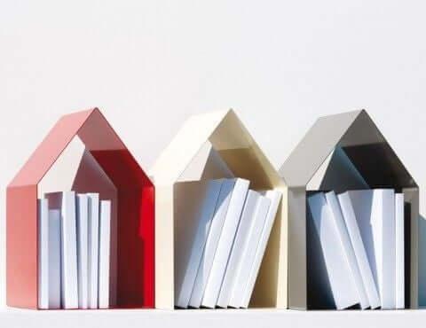 bogstøtter formet som huse