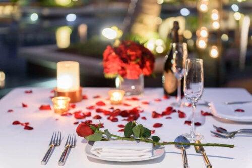 borddækning til romantisk middag