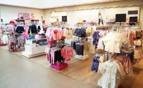 indretning af børnetøjsbutik