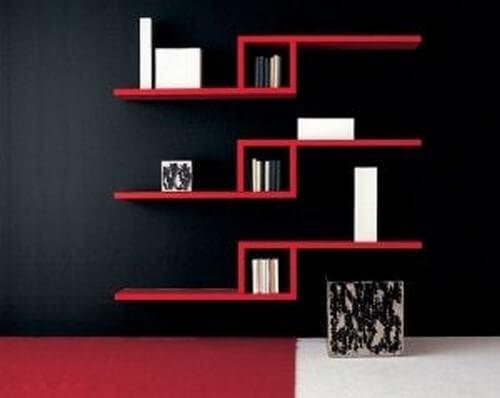 Svævende boghylder i rød farve