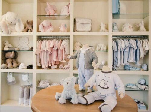 reol i børnetøjsbutik
