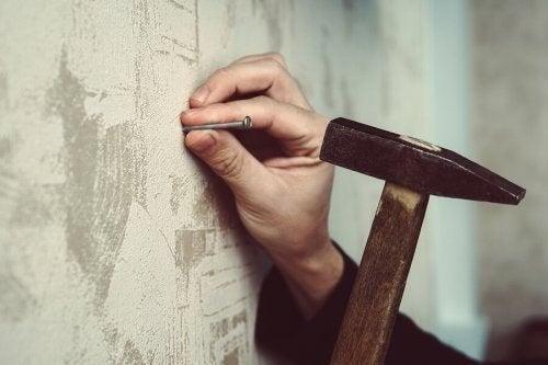 Sådan hamrer du et søm i væggen uden at beskadige den