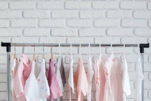 tøjstativ med lyserødt og hvidt tøj