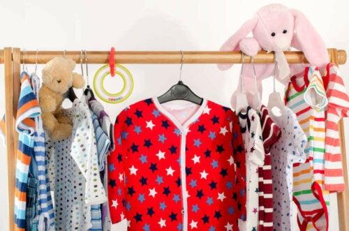 tøjstativ med tøj til børn