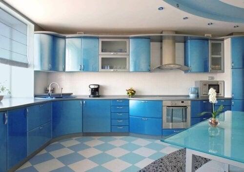 Blåt køkken, der er skinnende rent