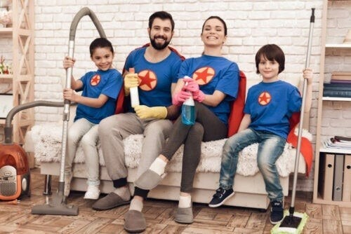 Familie er klar til at fjerne snavs bag køkkenapparaterne