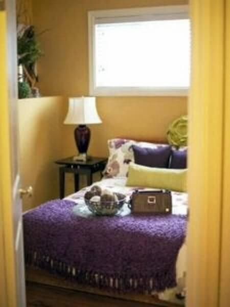 Soveværelse med gule og lilla farver