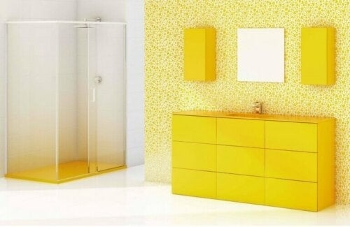 Badeværelse med mange gule nuancer
