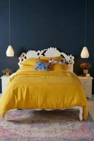 Soveværelse med gult sengetøj