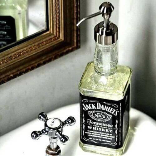 Hjemmelavet sæbedispenser af Jack Daniels-flaske