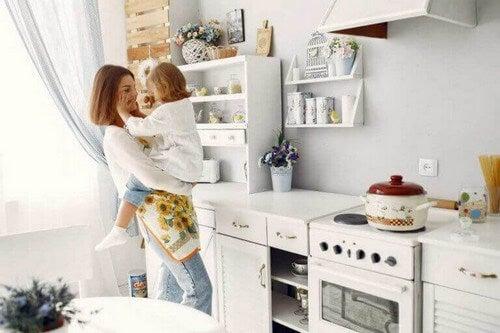 Sådan skaber du et børnesikkert køkken i hjemmet