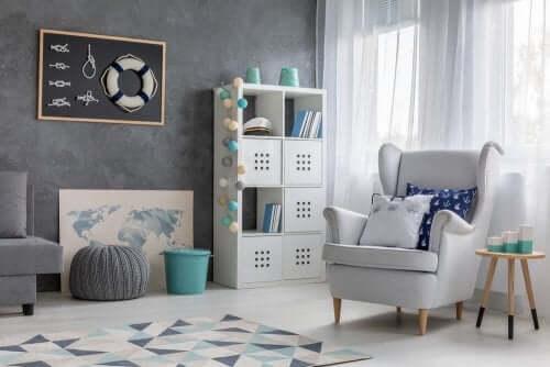 et eksempel på en stue, designet i en nautisk stil