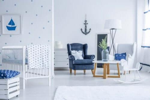 et nautisk soveværelse indrettet i hvid og blå