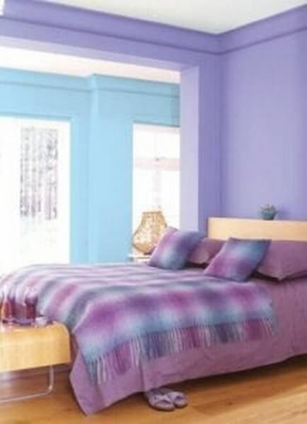 Soveværelse med lilla vægge