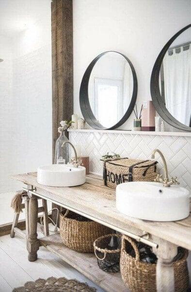 Rustikt træbord på badeværelset