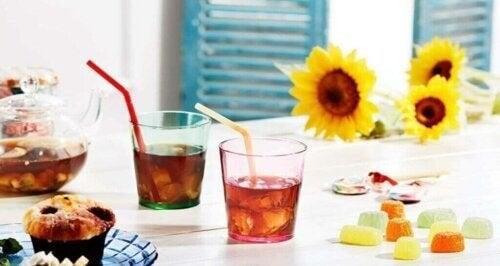 Farvede drikkeglas til at pynte dit bord