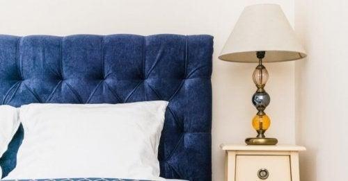 En blå sengegavl i fløjl
