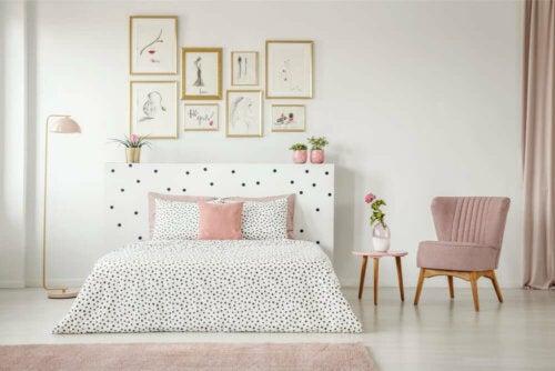 indretning af soveværelse med bare, hvide vægge