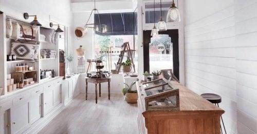 Et udstillingsvindue i en indretningsbutik