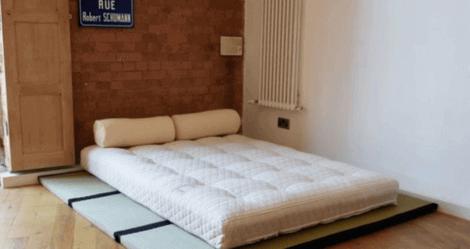eksempel på et af de små soveværelser med en seng på en tatami
