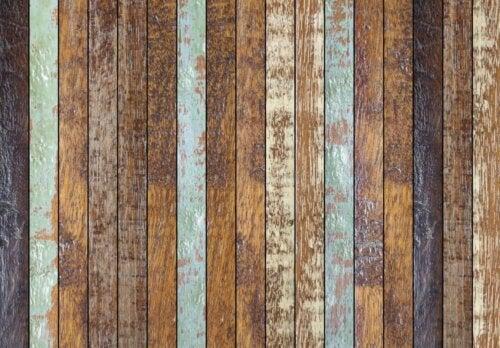 træ med krakeleret maling