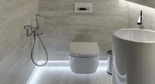 Badeværelse med gulvlys