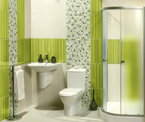 Badeværelse med grønne detaljer