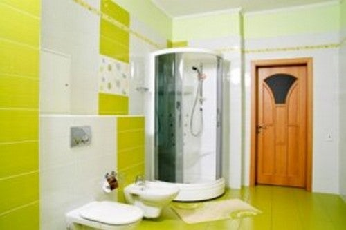 Gult badeværelse med brusekabine