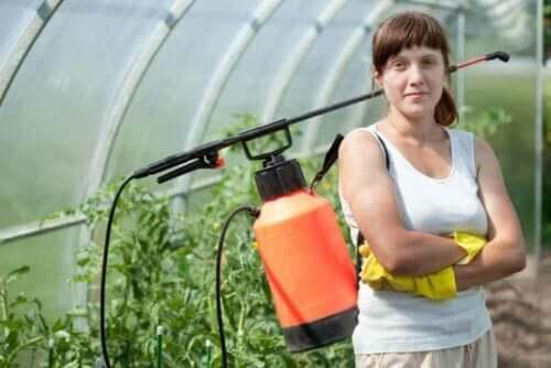 kvinde der er klar til at kontrollere skadedyr