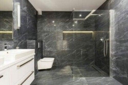 Et badeværelse i sort farve