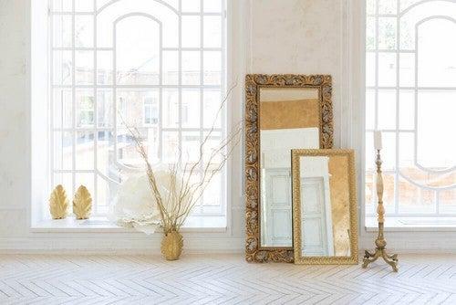 Spejle og store vinduer er et must i en parisisk boligindretning