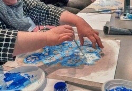 Kvinde bruger skabelon til at lave stenciler