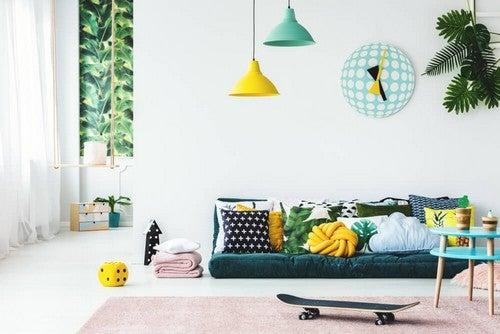 Grøn og gul indretning i stuen