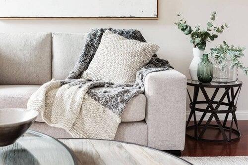 Sofa med hyggetæppe og pude