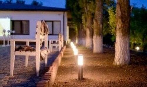 Udendørsareal oplyst af lamper