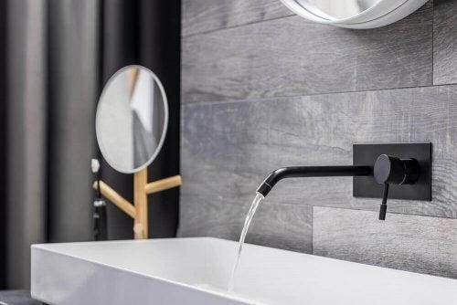 Vægmonterede vandhaner på badeværelset