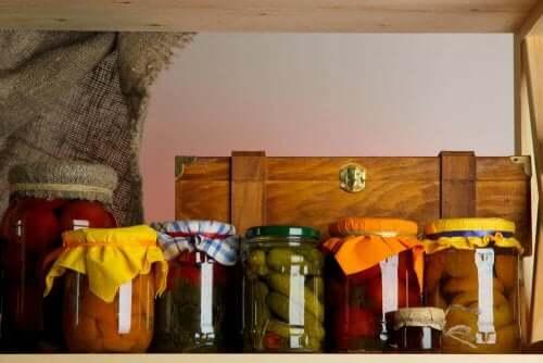 Du kan organisere dine vægskabe med 5 simple trin